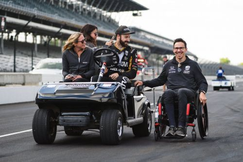Wickens hangs on to his team mate at Indy!
