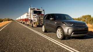 Un Discovery tire un road train australien